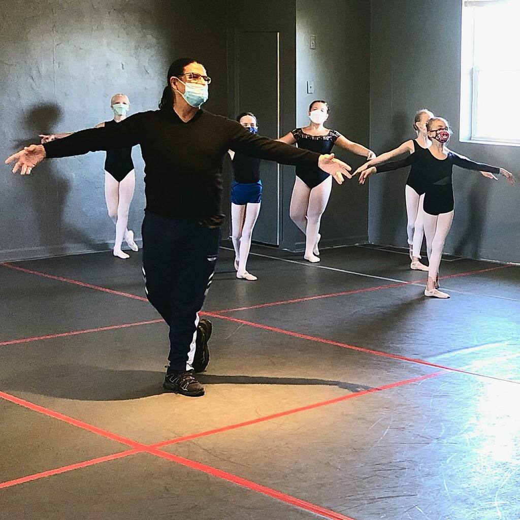 Daniel leading the way with these young upcoming talented Project Dance artists! Thank you Elysha and Paolo! #talent #creativedancelab #projectdance #danielcatanachonline #balletteacher #dancers #inhouse #convention #socialdistancing #facemask https://t.co/s64BSx0R2r https://t.co/IOgvG2UwOt