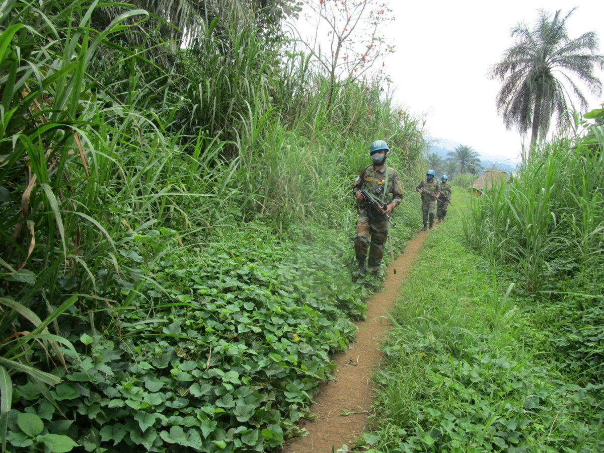 While taking precautions against #COVID19, @MONUSCO peacekeepers continue to ensure the protection of civilians in the D.R. Congo 🇨🇩.   Peacekeepers conduct a foot patrol through a remote area of Masisi territory to prevent attacks by armed groups in the region. #A4P https://t.co/h4x7pxdoBX