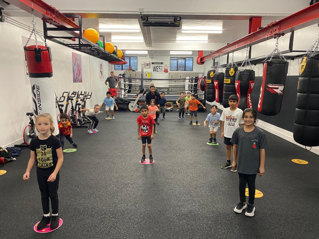 Grassroots class was a hit again! The perfect place to make new friends or strengthen existing bonds. Great effort kids! 👏💯  Classes fully booked but email info@westhertsabc.com to get your kids onto the waiting list.  #whabc #westhertsabc #whabcgrassroots #kidsboxing #watford https://t.co/jkFy9SL7cf