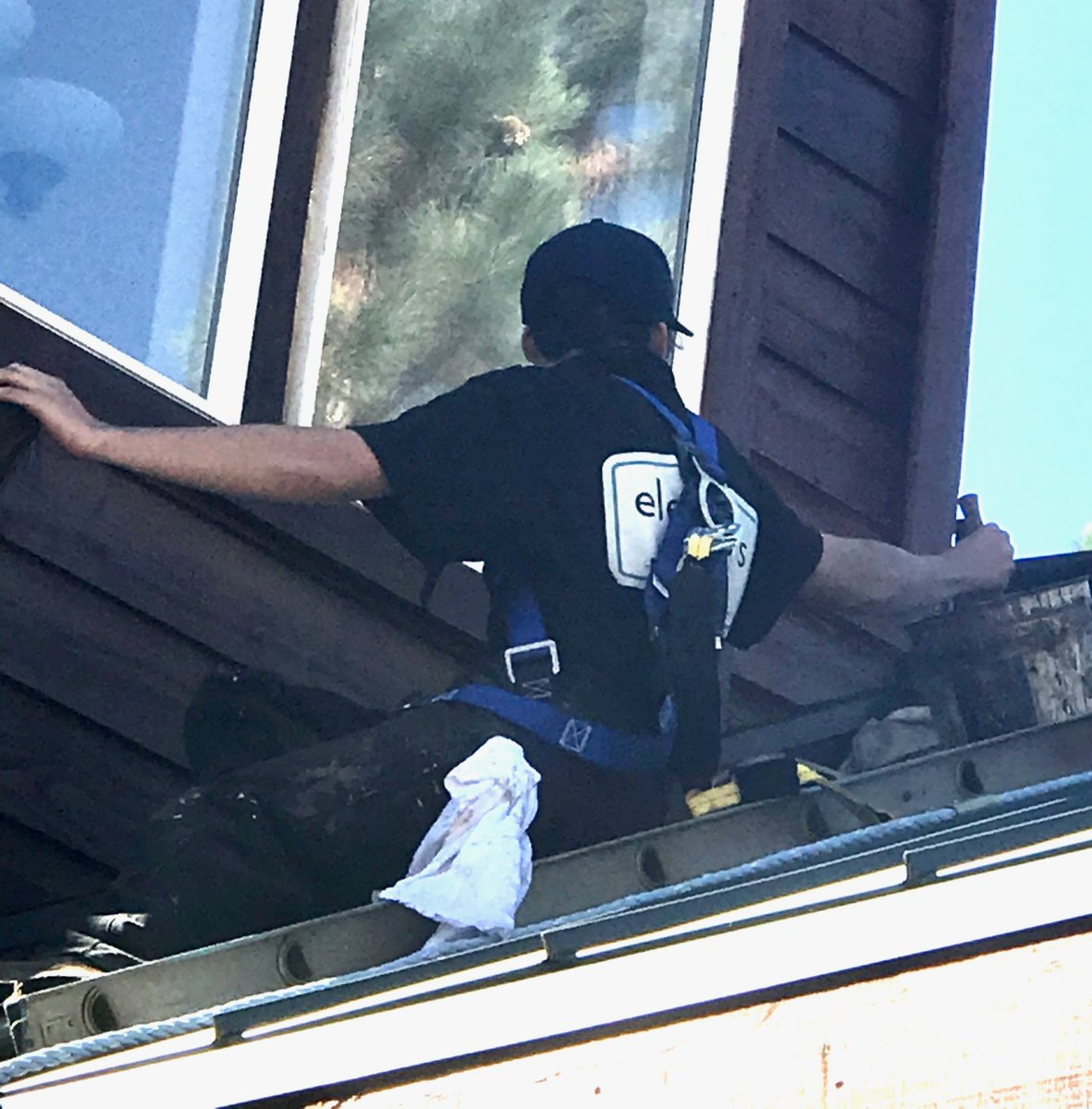 Safety first! This painter is harnessed in while tackling a tricky second story corner. #paintandstain #tahoedonner https://t.co/nRFNFpPX0H