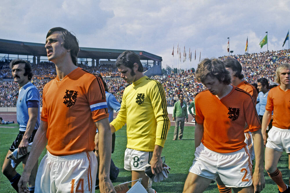 Johan Cruyff captain of the Netherlands team, prior to the match against Uruguay at 1974 World Cup  #JohanCruyff #Netherlands #Uruguay #WC1974 https://t.co/nBOqu5pbv0
