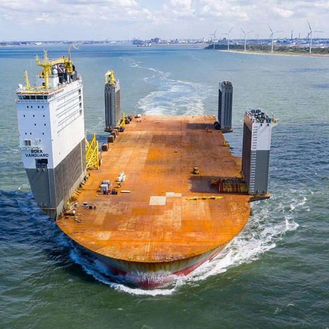 【I love 働く船】世界最大の半潜水式重貨物船『BOKA Vanguard』がヘンテコでカッコいい!!!船体を水没させて、中央に船を引き入れた後にまた浮上して運搬する方式。石油掘削基地も丸ごと運べる11万トンの輸送力、凄!!↓紹介動画がまたエレガントで素敵。