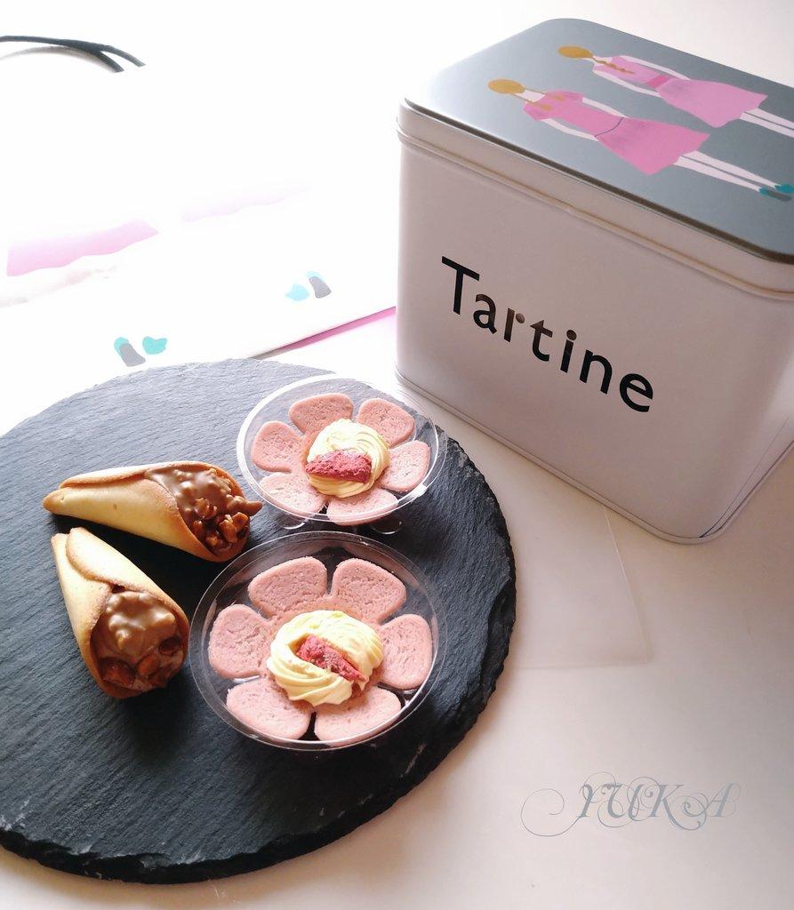 そろそろ中断していた英会話を再開しないとかなあとぼんやり考えている朝です。おはようございます☆*いまだ人気のTartineで今回はtartine缶を買ってきました。お花の形をした苺のマルチェナ。庭の木をイメージした森のキャラメル。童話のような可愛いTartine(タルティン)の焼き菓子✨#Tartine