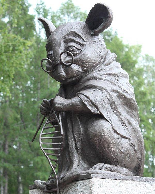 ロシアにはDNAの二重螺旋を編んでいるネズミの銅像がある。毎年研究や実験に使われる動物の数は米国だけでおよそ2200万匹。その85%はマウスだそうだ。その科学の名の元に犠牲になった動物たちへの敬意を表すための銅像。今の僕らの生活があるのは彼らの犠牲のおかげと言っても過言ではない。