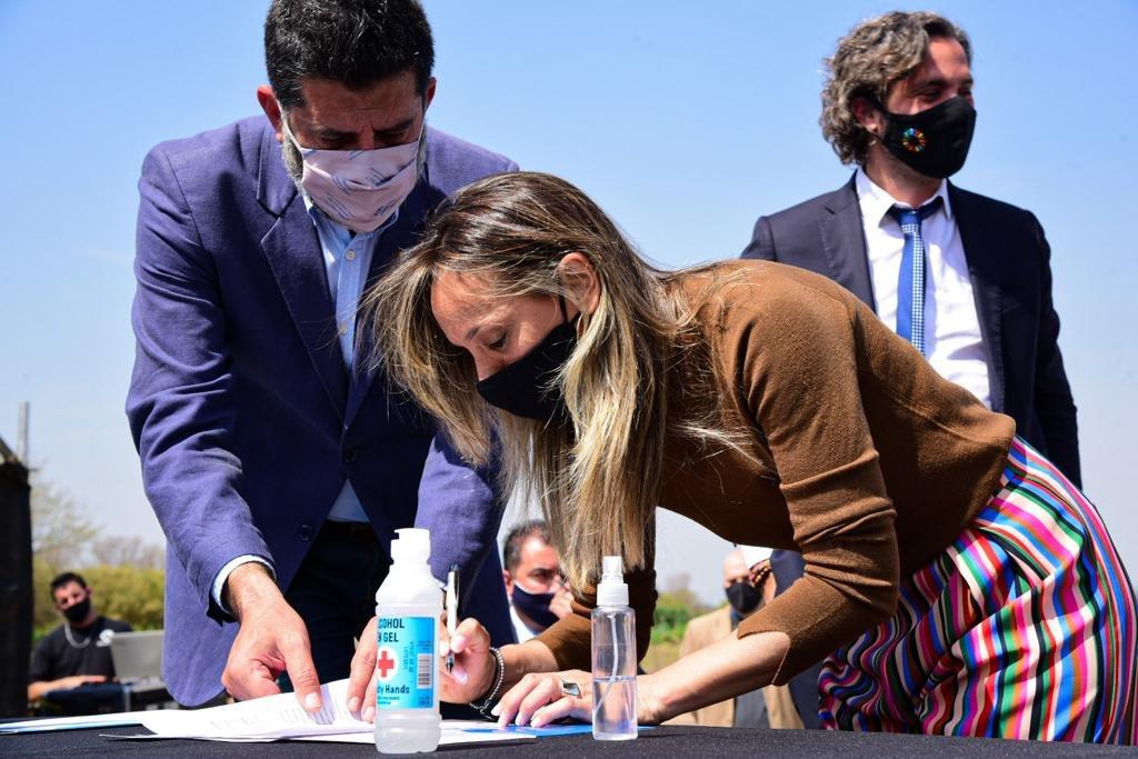 Tambien firmamos un convenio con @MalenaMassa presidente de @AySA_Oficial para que se instale una planta de rebombeo que beneficiara a mas de 100 mil merlenses ! Y muchas gracias a todos los compañeros intendentes de la Primera Seccion que nos acompañaron en este gran dia ! https://t.co/gQdPpXCTld