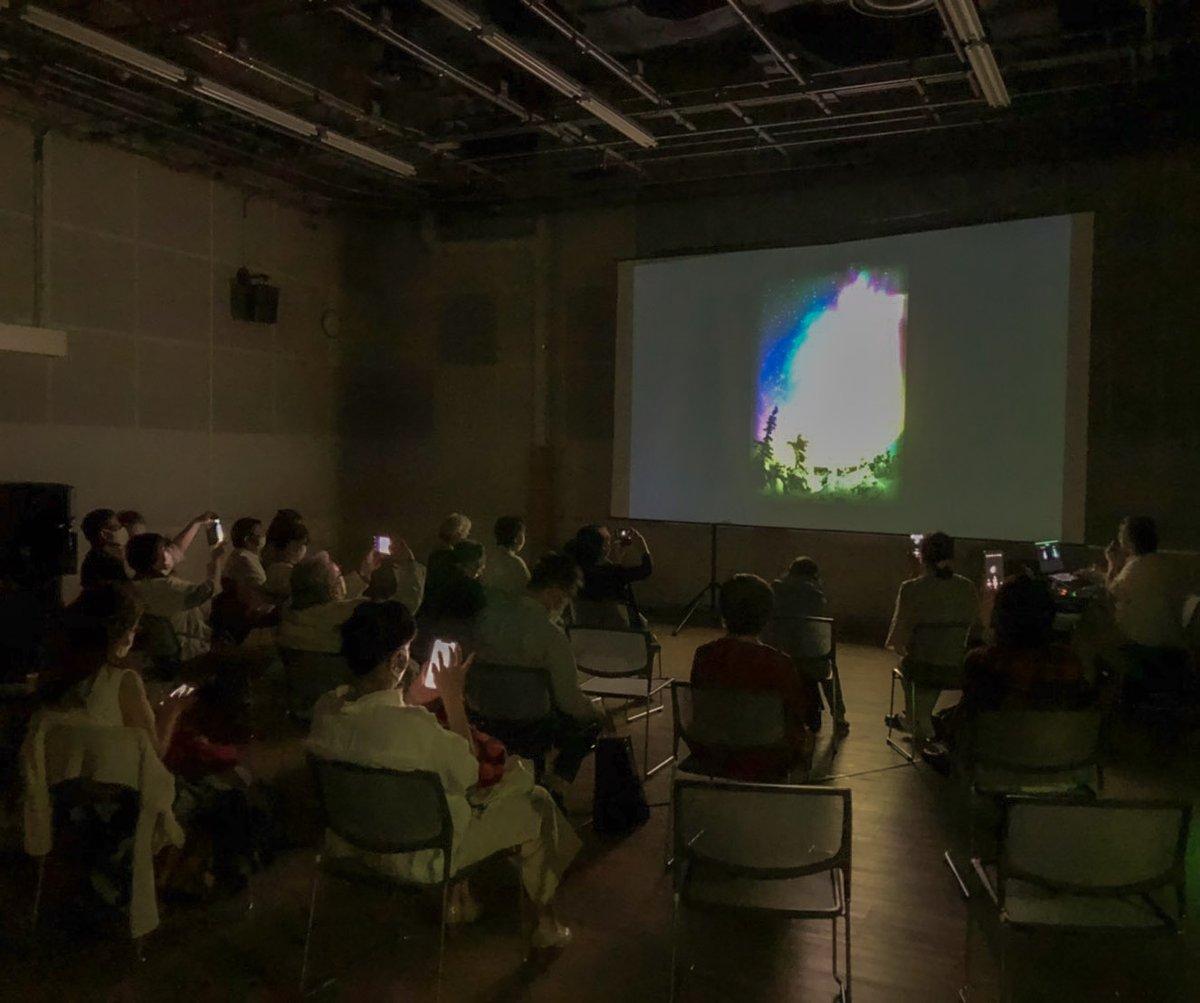 札幌市教育文化会館で22日(秋)に2公演行いました。 新しい映像が当日の朝に完成、、などバタバタでしたが、 いつも応援(10年、20年近くも!)してくださる地元の皆さんの顔を見られて、これから全国をまわろう!という気持ちになりました。ありがとうございます。  撮影タイムが復活! #オーロラ https://t.co/SW233zSUi9