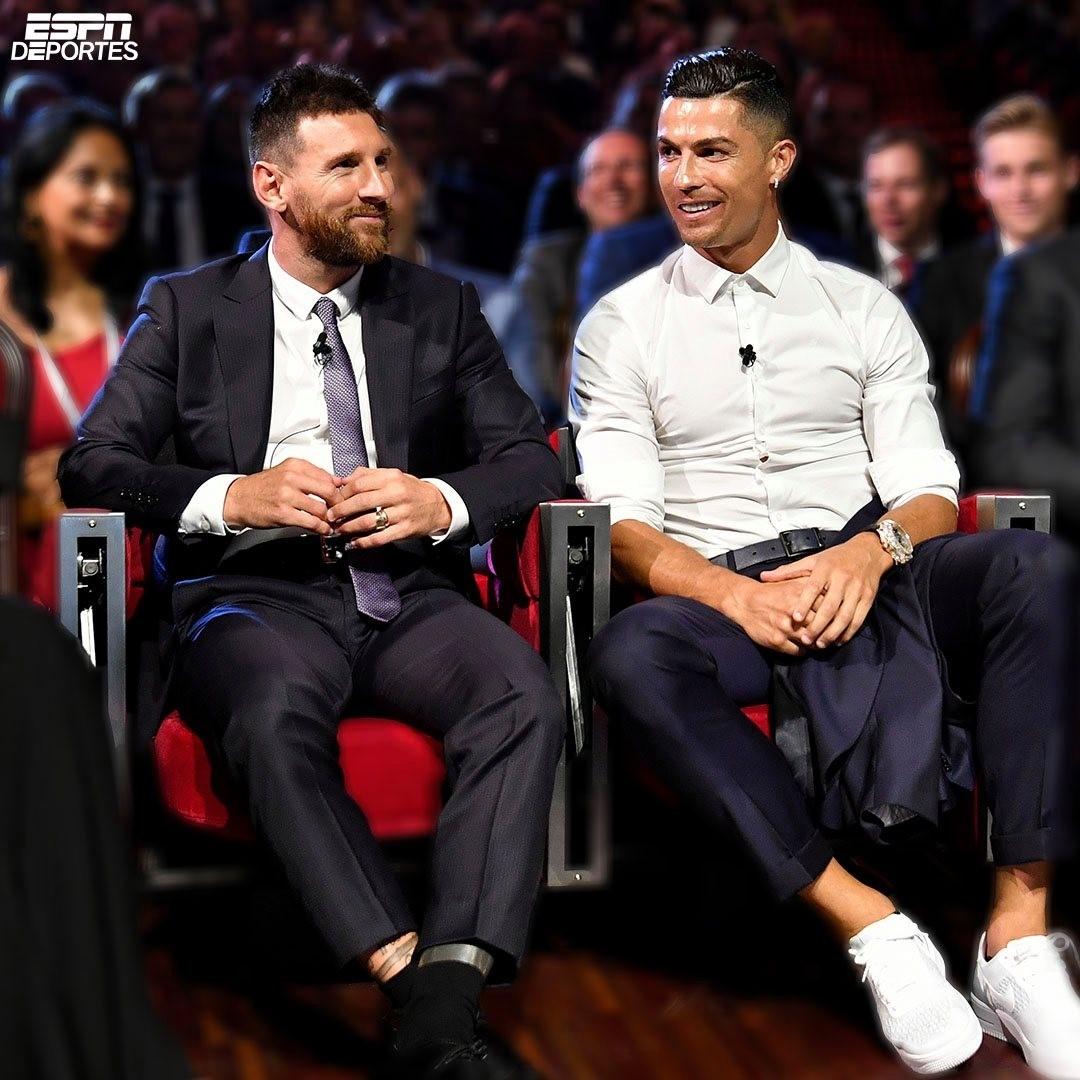 Por primera vez desde el 2010, ni Cristiano o Messi han sido nominados al premio del mejor jugador del año de la UEFA... El fin de una era cada vez está más cerca. Los nominados son Robert Lewandowski, Kevin De Bruyne y Manuel Neuer . #Cristiano #Messi #UEFA #GazcueEsArte https://t.co/TrHR5duOLy