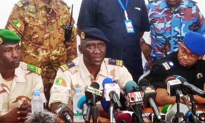Le porte-parole de la junte comme d'autres membres du #CNSP sont pressentis pour entrer dans le govt de #Transition. En perspective à cela, le col-major Ismaël Wagué vient d'être remplacé à son poste de Chef d'Etat-Etat major de l'armée de l'air par le col Moussa Goïta. #Mali https://t.co/pTDedm5FYg
