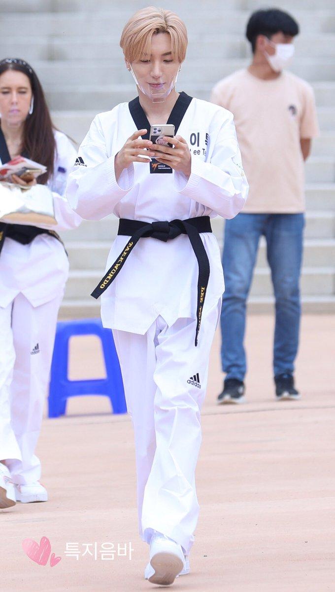 aahh his phone case ㅜ.ㅜ he's such a precious person, im ㅜ.ㅜ ㅜ.ㅜ ㅜ.ㅜ  #Leeteuk #이특 #박정수 #利特 #イトゥク #SuperJunior #슈퍼주니어 https://t.co/UIxe2FgyG3