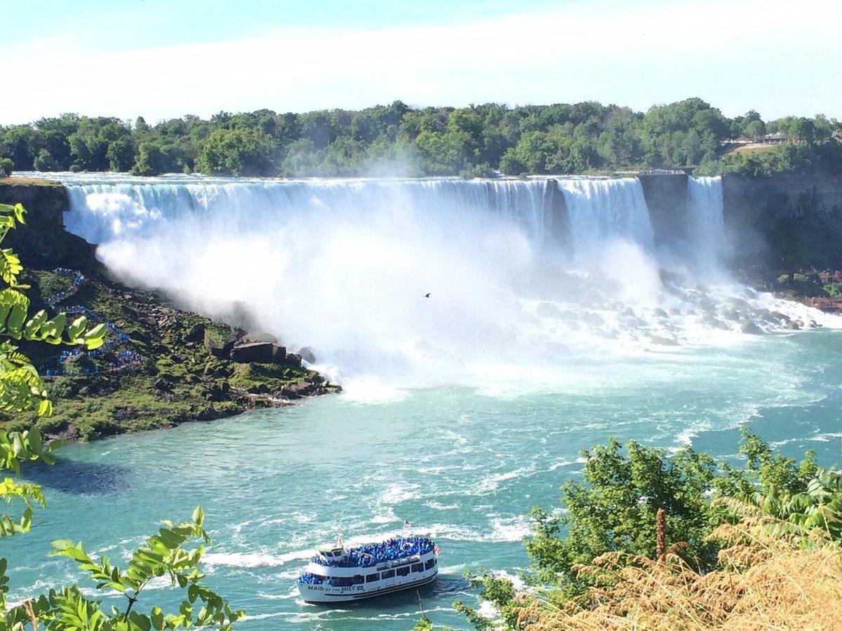 #おうちde海外✈️🌎【No.8カナダ🇨🇦ナイアガラ・フォールズ】旅行会社社員がカメラロールより海外旅行気分をお届け!  自然あふれるカナダの代表観光スポットといえばここ!なんと毎秒200万リットルもの水が流れて落ちています🌊  #カナダ #ナイアガラ #滝 #canada  #niagarafalls  #世界三大瀑布 https://t.co/bpKsyn9KFT