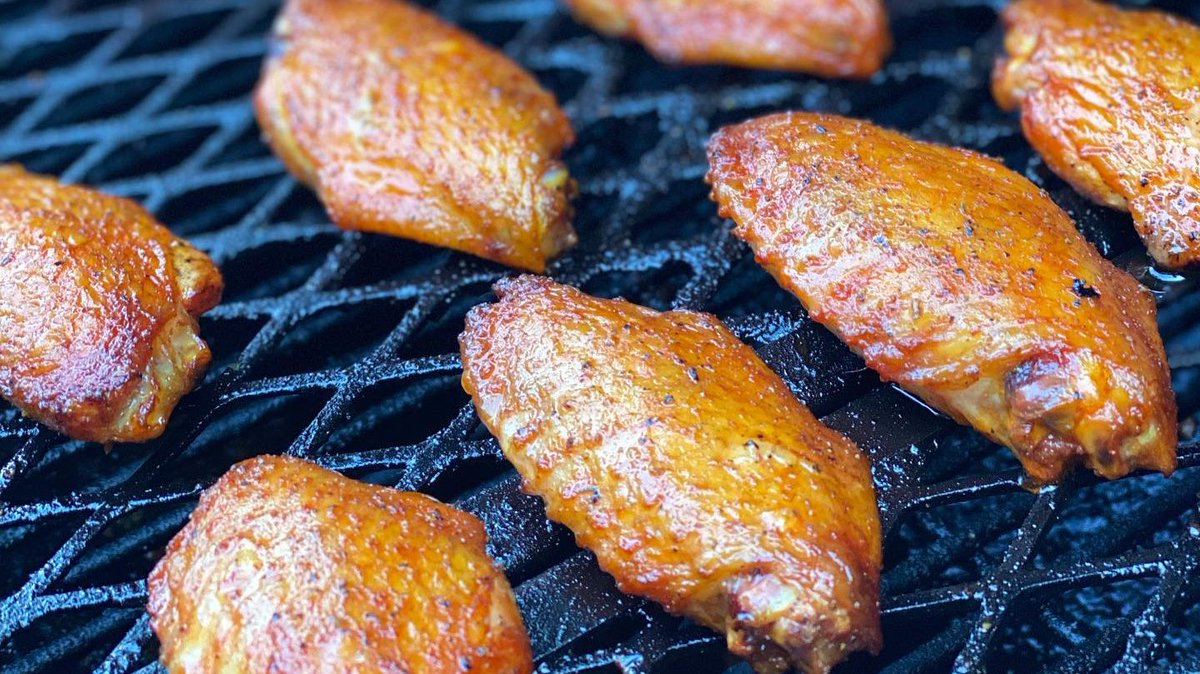 It's #WingWednesday! Smoked chicken wings are always a hit. Do you prefer sauced wings or dry rub wings?.....or both?   📷 by @certified.creole.bbq: Smoked Chicken Wings.  ♨️ chargrillergrills Competition Pro  Offset Smoker.  #chickenwings #chargriller https://t.co/n19SGFjmGl