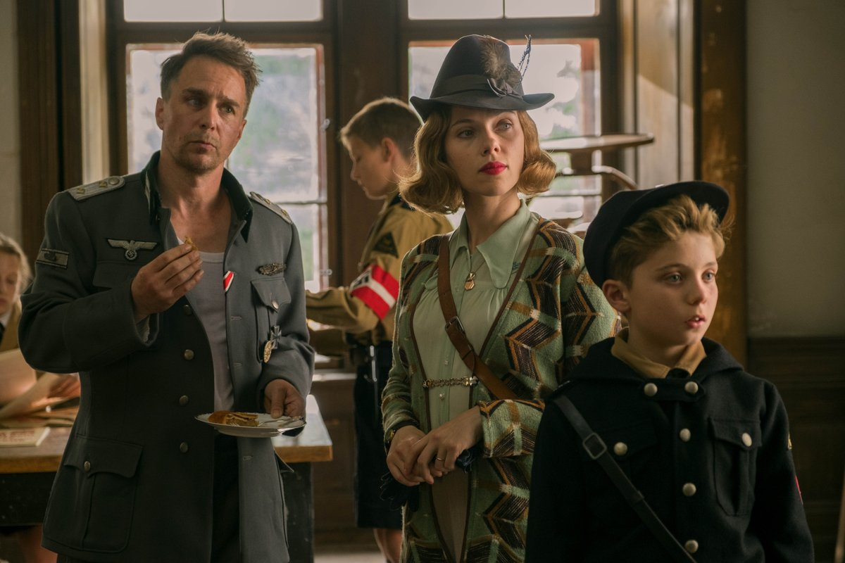 Premiato per la miglior sceneggiatura non originale nel 2019, il film del neozelandese Taika Waititi è una commedia poetica e intelligente ambientata durante la Seconda Guerra Mondiale, con Scarlett Johansson e Sam Rockwell https://t.co/c6pNYmy5kY