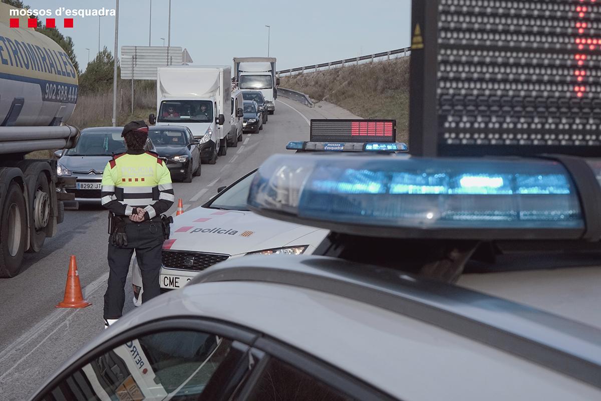 A la carretera són molts els que guarden la distància de seguretat per evitar una col·lisió en cas de frenada. En retenció, no et colis, respecta els altres #VolemQueTornis https://t.co/EVUUOtiTrk