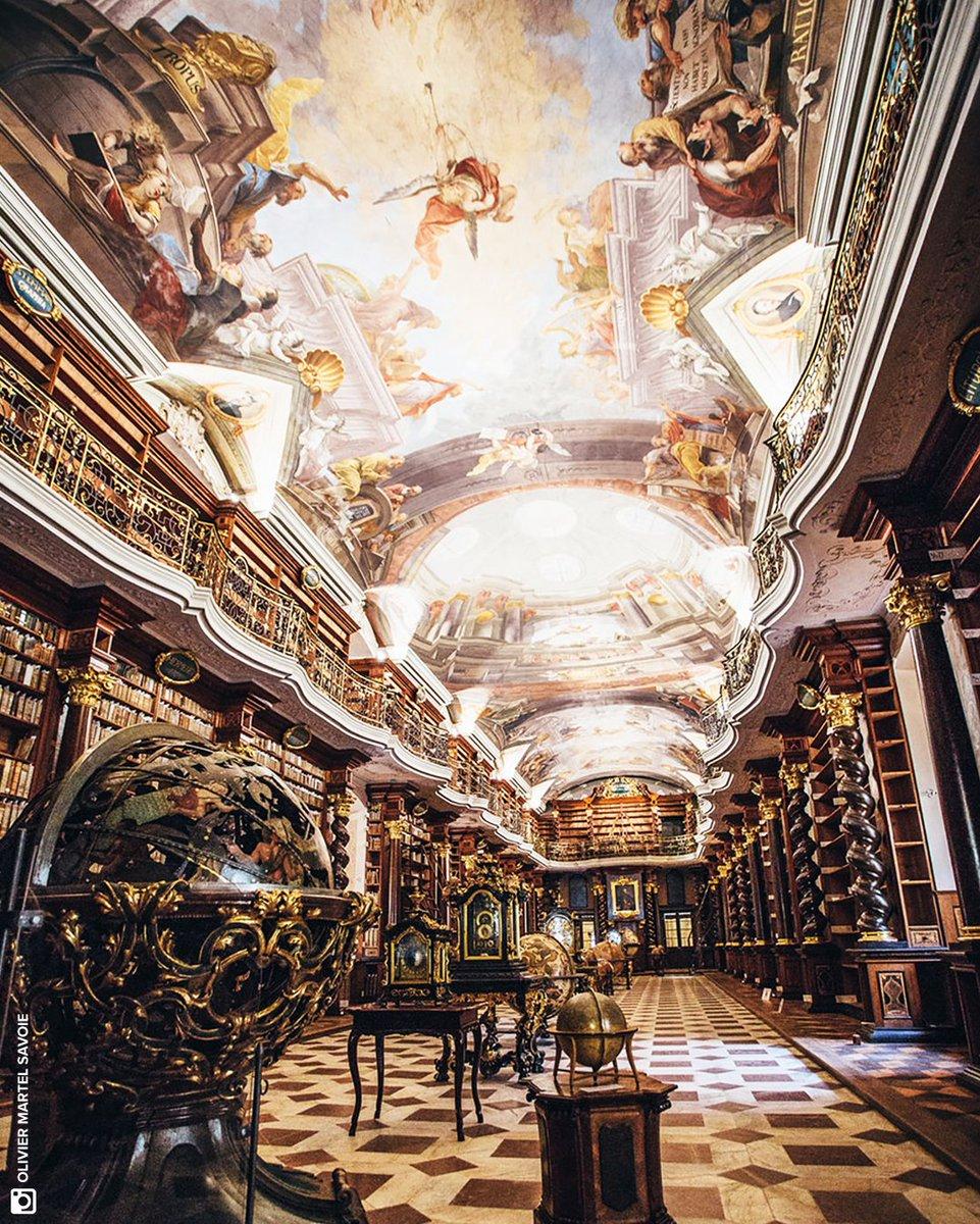 [⚛️] À #Prague, se cache derrière un bâtiment plutôt sobre, la plus somptueuse #bibliothèque au monde ! Ses superbes étagères abritent plus de 6 millions d'ouvrages. Elle devient en 1781 la Bibliothèque nationale de la République Tchèque. #futurasciences https://t.co/oztMBpzqoC