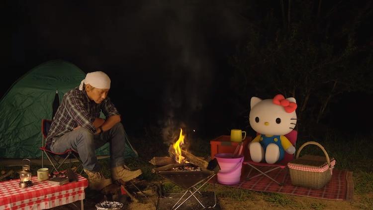 ヒロシとハローキティ、会話もせずに焚火を1時間見つめる