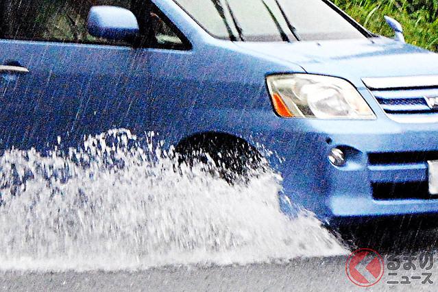 """【気をつけたい】雨天時の車の「水はね」歩行者にかけると""""違反""""に道交法で定められており、違反すると反則金6000円が科せられる。検証では、時速20kmでもリスクがあることが分かっているといい、通過の際は充分に速度を落とす必要がある。"""