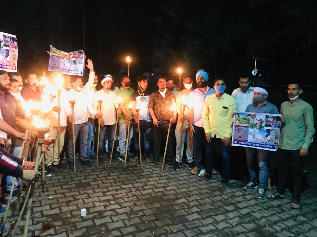 आज पिथौरागढ़ युवा कांग्रेस द्वारा जिला अध्यक्ष ऋषेंद्र महर के नेतृत्व में केमू स्टेशन में एकत्रित होकर कैमूरस्टेशन से गांधी चौक तक किसान विरोधी सरकार के खिलाफ मशाल जुलूस निकाला। #IStandWithIndianFarmers