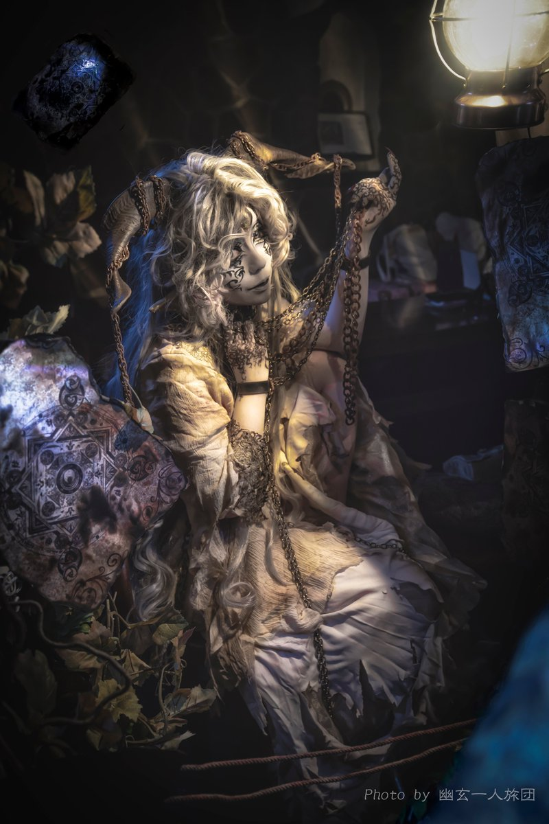 「欲深い人間は『それ』を捕えていた。  捕えていたつもりだった。  浅はかにも、『それ』がどういう存在であったかを知りもせず。」  というわけで、今年の闇の王展用の写真(の半分。 MTGの挿絵のような、きちんと物語性のある写真が撮りたい…というのが今年の課題。 #闇の王展2020  #闇の王展 https://t.co/uxQ4AJskGM