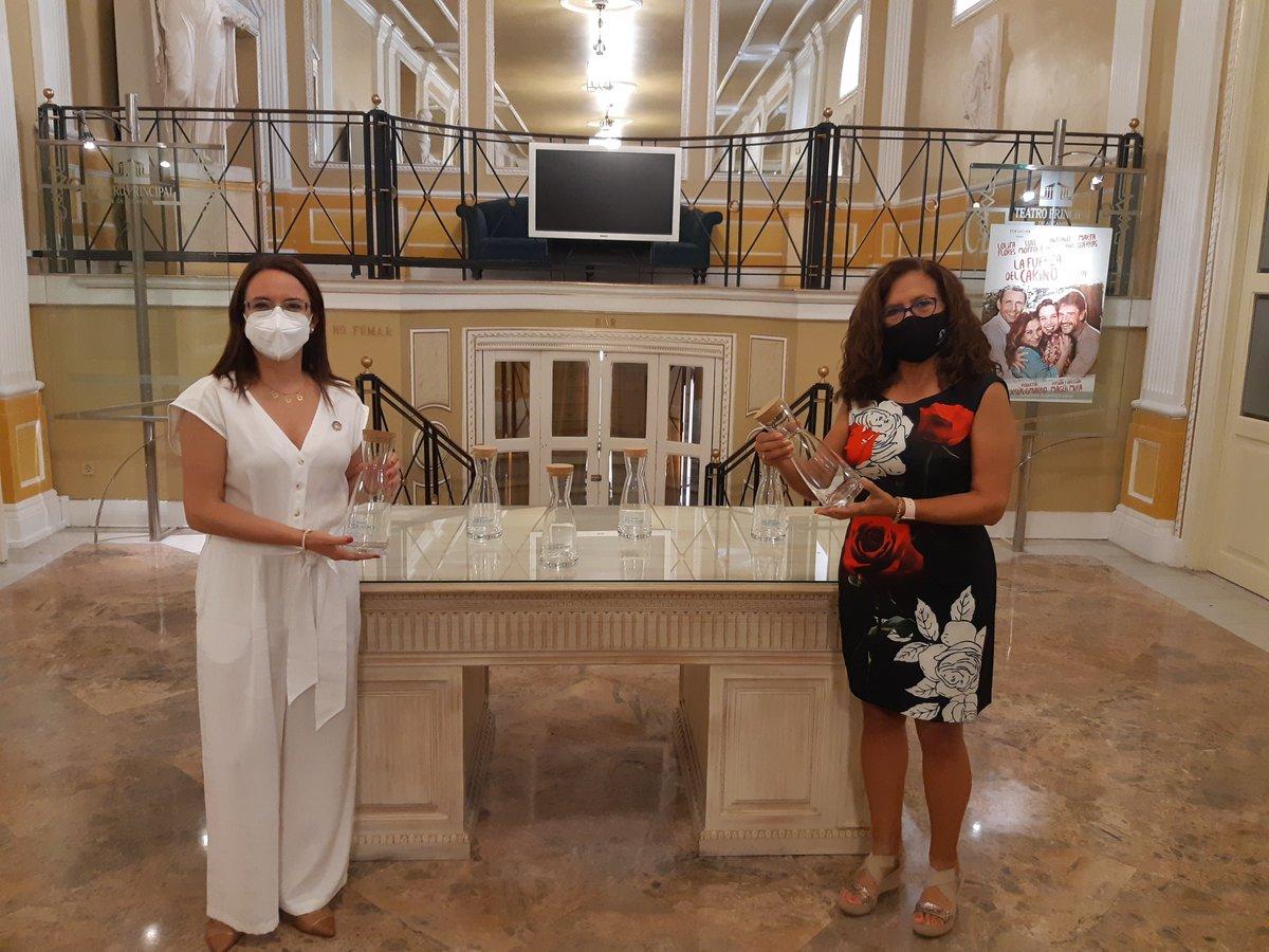 Esta mañana hemos hecho entrega a @teaprinalicante de jarras de vidrio que serán utilizadas en los actos que acoja esta institución cultural. Junt@s por la reducción de #residuos plásticos ♻️  https://t.co/ymyRIaOxEp https://t.co/aKAIWOPTsH