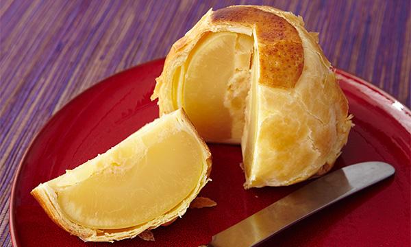 「水曜どうでしょう」の甘いもの対決列島で食べてた重たいりんごパイは、地元民にとって定番すぎる「ラグノオ」のものだったと記憶しています。まるごとりんごが入っています。