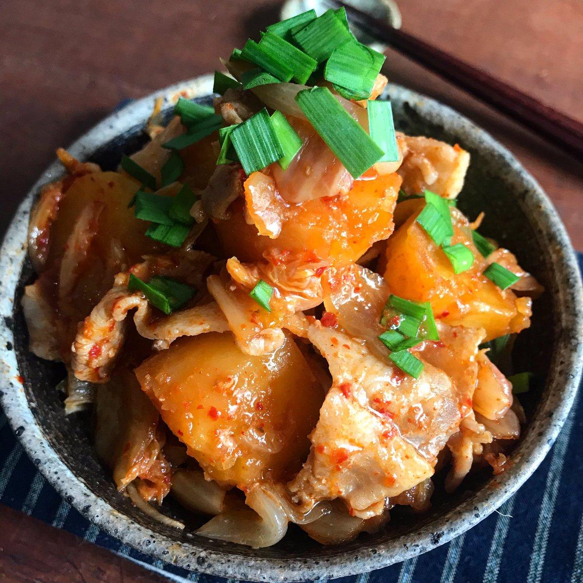 めちゃくちゃ美味しくできた【レンジで1発‼️こってり豚キムチ肉じゃが】調味料は砂糖と醤油のみで、この味!レンジだと最小限の水分で作れ、じゃがいもホクホク、煮崩れもなし。味も染み染みで誰でも上手く作れます!甘辛さとキムチの辛さで普通の肉じゃがよりご飯もお酒も進む✨レシピ↓