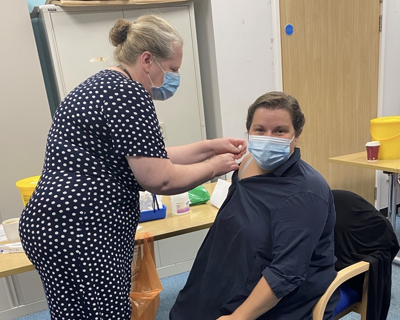 Great to see our Director of Midwifery and Gynaecology at @ChelwestFT and @WestMidHospital, Vicki Cochrane - @ihpch, receiving her flu jab.  Getting the vaccination helps protect not only yourself, but everyone around you.  #GotMyJab #GetYourJab https://t.co/taaCDcTcHq