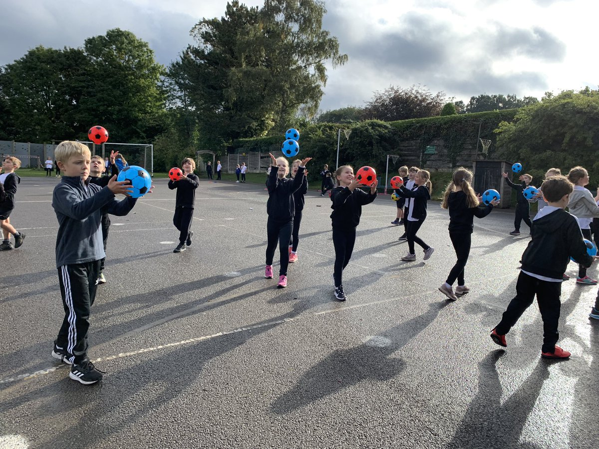 Wow @Broadoak_Year3 I was super impressed with your throwing and catching skills this morning! Well done guys 👏🏻👏🏻👏🏻 Keep up the good work 😁 - Coach Kim 🙋🏻♀️ #PE #Sport #Throwing #Catching #Wellbeing #Fitness #Active #Year3 https://t.co/EwOtLj9vf1