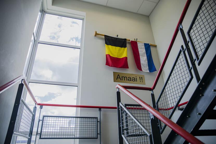 In Den Helder is BNS Louise Marie momenteel het strijdtoneel van het Binationaal Support Team. Belgen en Nederlanders, zowel militair als burger, plegen op dit moment samen onderhoud aan het schip. Hoe wordt zo'n team een geoliede machine? Lees meer: bit.ly/307bcRj