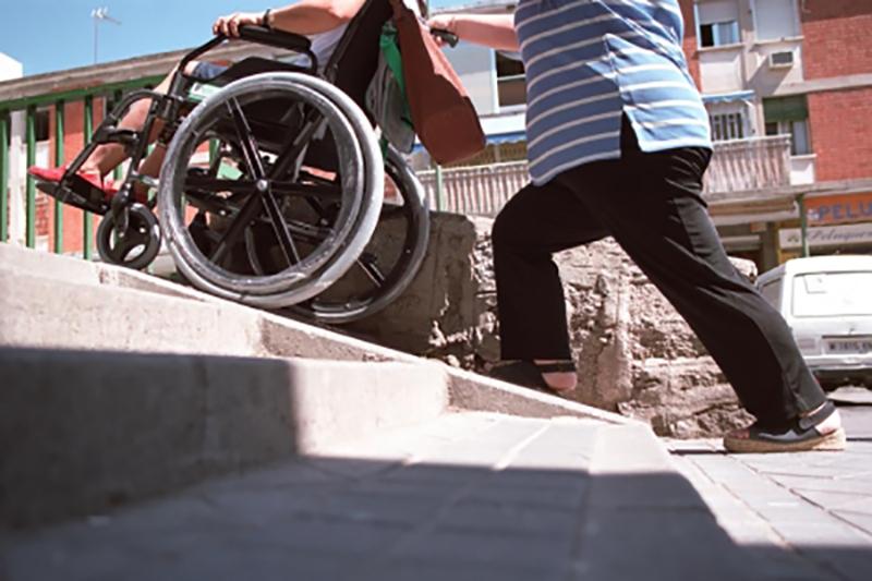 ¡Así no sirve! 😠 Las rampas que no poseen la pendiente adecuada NO brindan #accesibilidad.  ❌ No son seguras. ❌ No permiten la autonomía. ❌ Y no cumplen con la normativa vigente.  📢  Compartí en mensaje. https://t.co/AFqmPac1EM