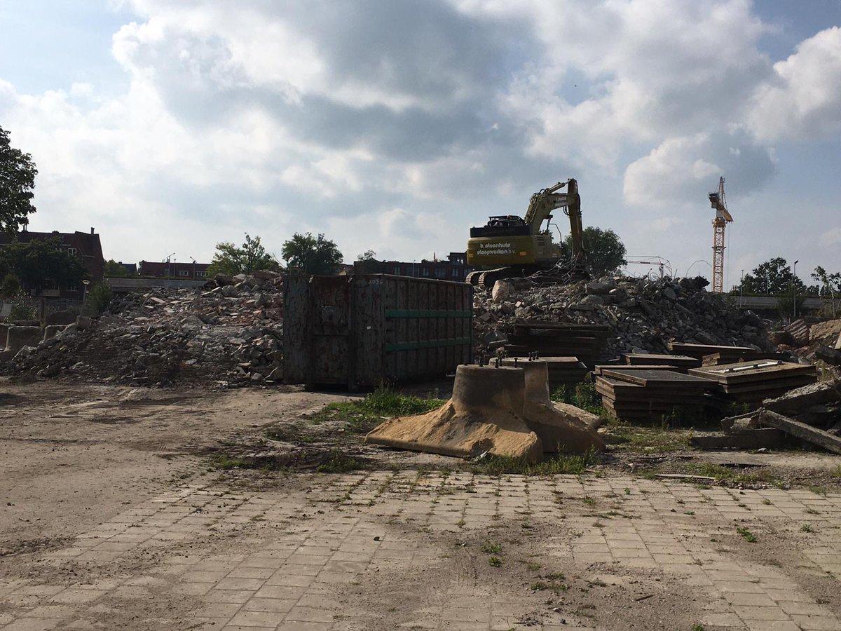 De sloop van de gebouwen op het voormalige opstelterrein levert bergen puin op. Dit puin wordt hergebruikt als funderingsmateriaal. Hiervoor gaat van 28 sept t/m 9 okt een puinbreker aan de slag. Dit kan helaas voor wat geluidsoverlast zorgen! Lees meer👉https://t.co/KmdY7zRpxj https://t.co/SbO67Z4FGj