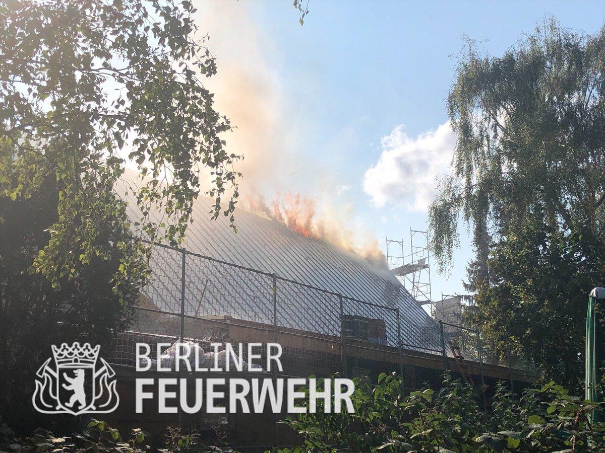 #Update Die ersten Kräfte haben die #Brandbekämpfung eingeleitet, wir sind aktuell mit knapp 100 Einsatzkräften und 23 Fahrzeugen vor Ort. Ein weiteres Update folgt .... https://t.co/HQZz9MUTA7