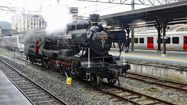 【コラボ】『鬼滅の刃』×JR九州 「SL 鬼滅の刃」運行へ「SL 人吉」のナンバープレートを「無限」に変更し熊本~博多間を運行。ラッピングした特急「かもめ」「ソニック」も運行する。