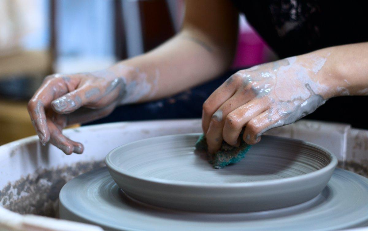Avis aux amateurs ! Samedi 3 octobre, stage d'initiation à la céramique avec Valérie Le Roux, artiste plasticienne installée à Concarneau.   Réservez en cliquant ici : https://t.co/vfFADzymuk   #MuseeDePontAven #Art #Ceramique #Stage #Initiation #Poterie #Transmission #Savoir https://t.co/Yuo63SApzr