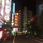 深夜2時の新宿歌舞伎町!ネズミも取っ組み合いの喧嘩をする!
