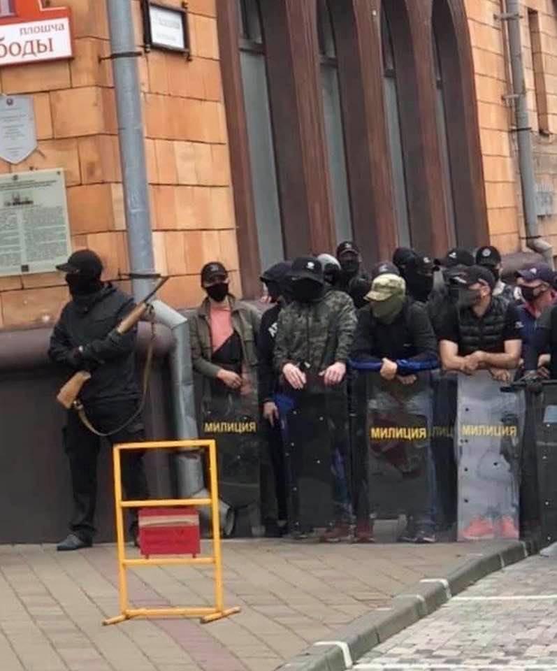 """#Belarus  Надпись на щитах """"милиция"""", только по виду обычные гопники, преступники взявшие в руки оружие и щиты тех, кто должен служить закону и народу. https://t.co/16VCRttNZd"""