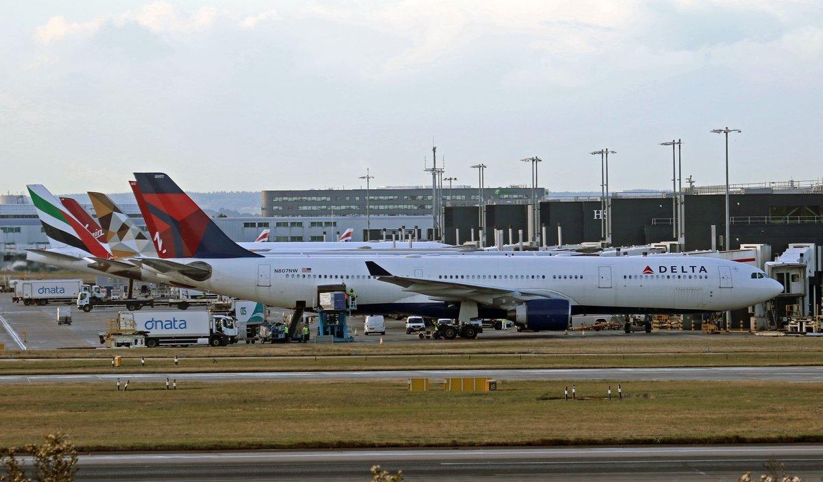 Busy @HeathrowAirport Terminal 2 pier this morning @Delta @etihad @emirates https://t.co/7idUxgl9O5