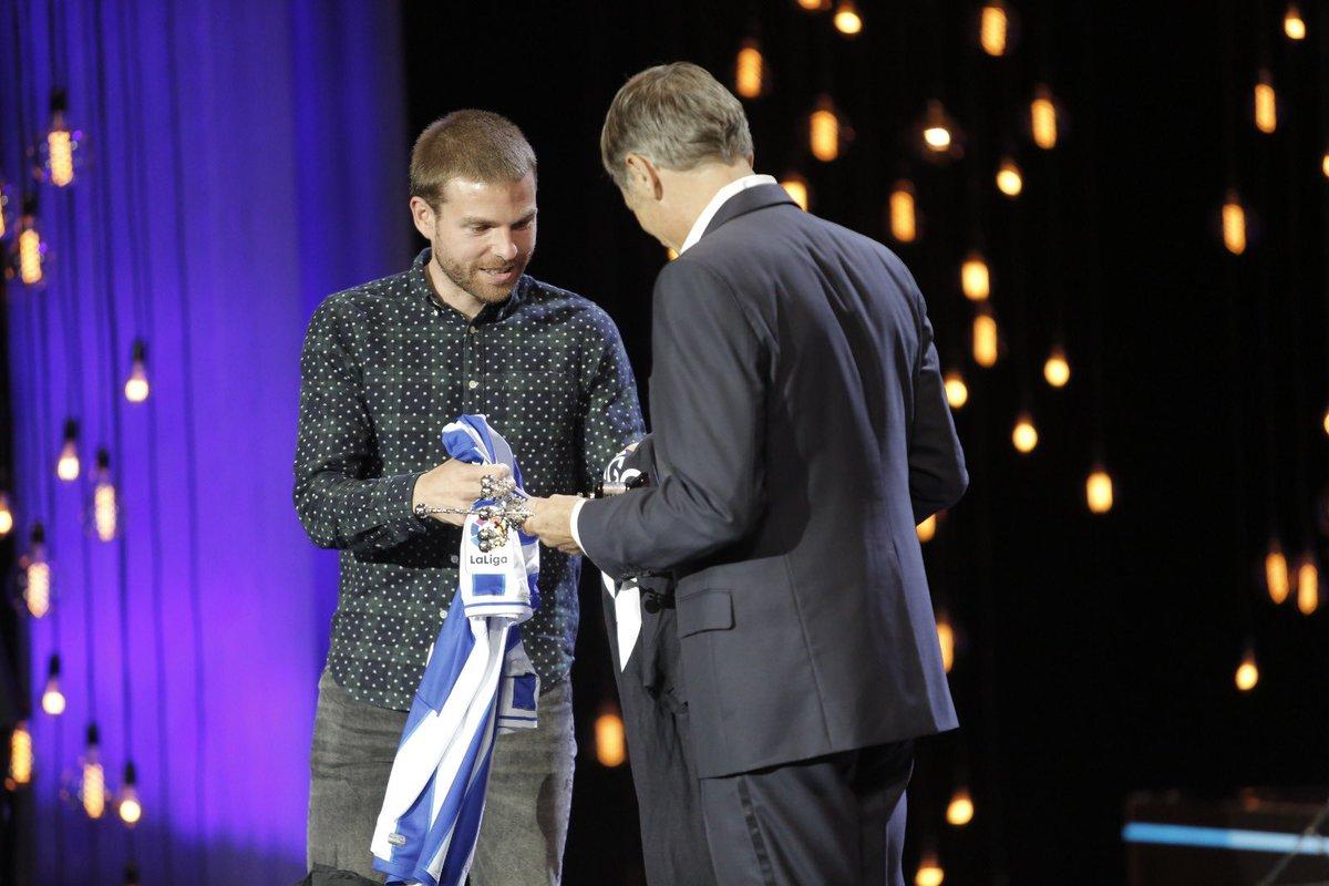 🔝 ¡Sorpresa! Viggo Mortensen, un txuri urdin más 💙⚪  👕 El Premio Donostia 2020 del @sansebastianfes ha recibido nuestra camiseta de manos de @illarra4 👏  #AurreraReala https://t.co/kh3wKVrVrr