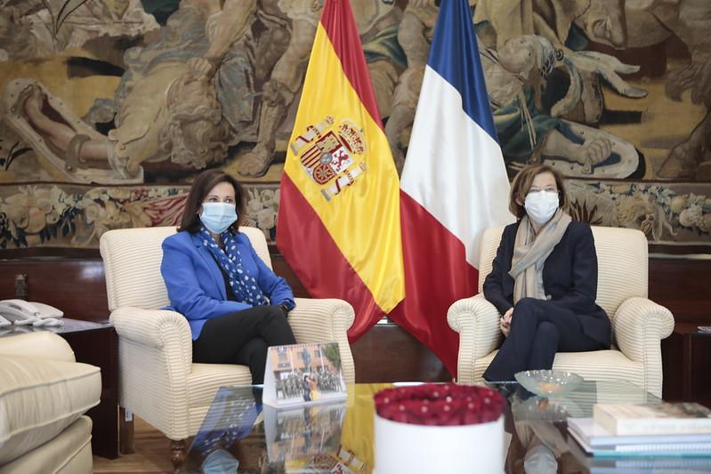 La Ministra de las Fuerzas Armadas @florence_parly visitó España este jueves 24.09.   Se reunió con su homóloga 🇪🇸 tras visitar el Centro de Satélites de la UE, así como la Unidad Militar de Emergencias @UMEgob  de @Defensagob .  ➡️📰https://t.co/6REB9mULf7   📷@Defensagob https://t.co/f1u33RAdQq