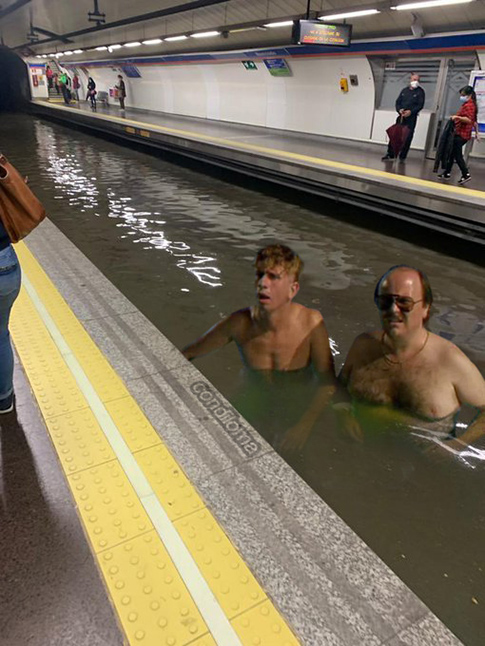 """""""Se está llenado el @metro_madrid de gentuza. Vámonos de aquí.""""  #Madrid https://t.co/h8xjEPEj8p"""