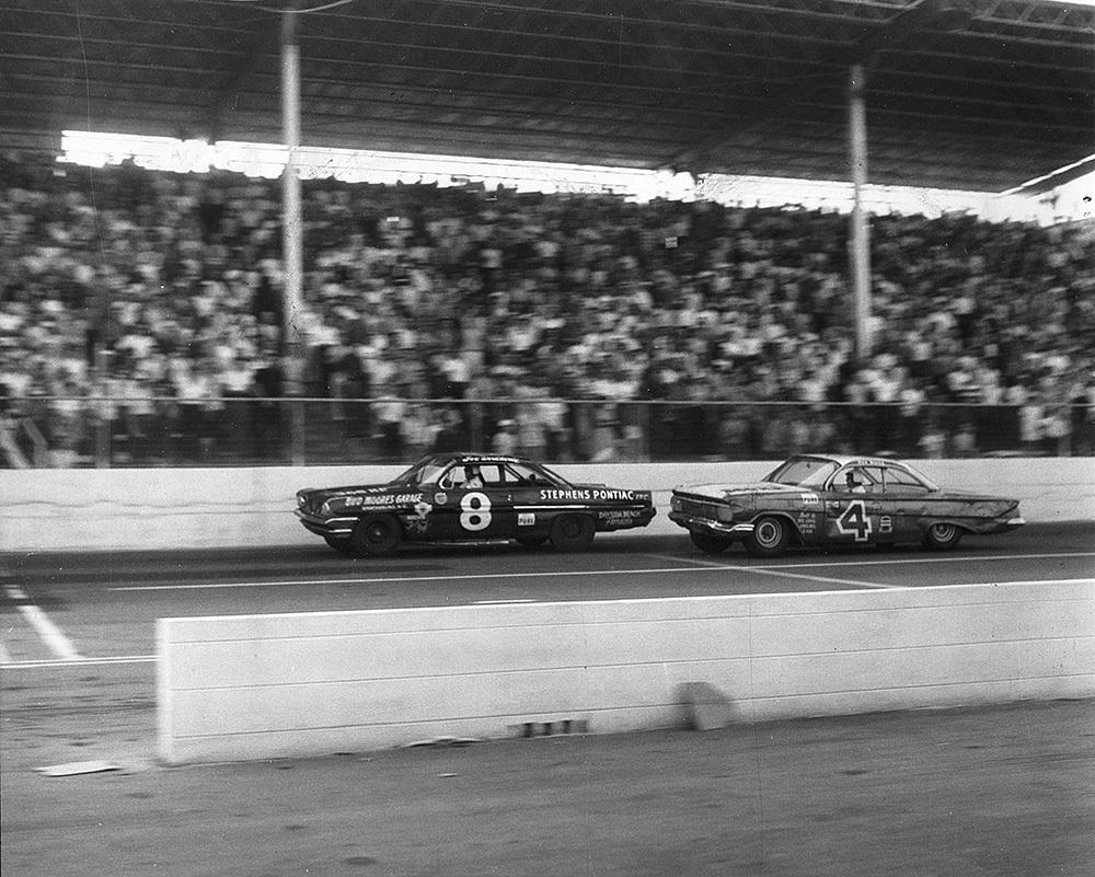 #TBT-9/24/61,#NASCARHOFer Joe Weatherly topped Rex White for the victory in front of 18,000 spectators in the Old Dominion 500 at @MartinsvilleSwy.Weatherly assumed the lead from White on lap 418 & later ran out of fuel on the last lap—barely hanging on to claim the $3,595 purse.
