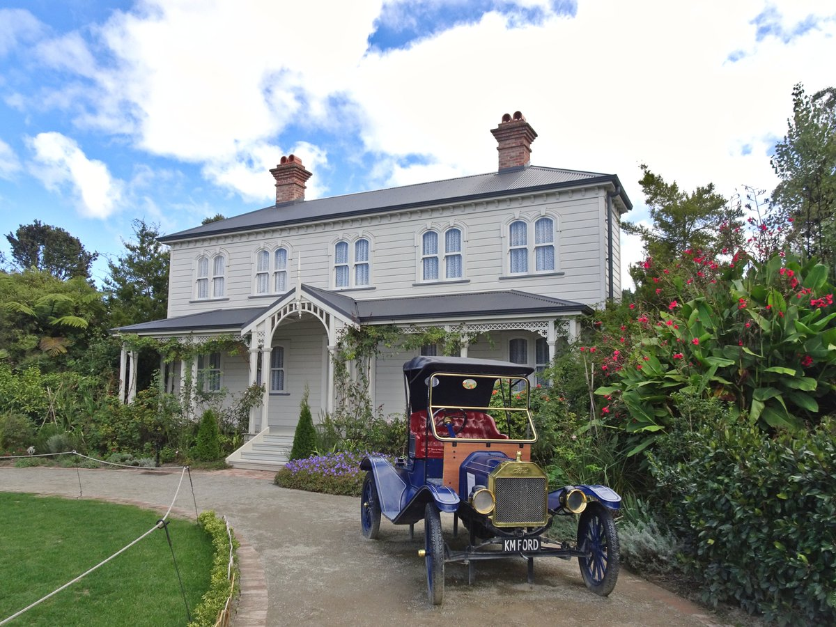 Looks like an old English mansion, doesn't it? It's actually the Mansfield Garden, one of the themed gardens in #Hamilton, #NewZealand. Walking through #HamiltonGardens is like making a trip around the world: British, Indian, Roman, Chinese, Maori... there's so much to explore! https://t.co/nZTJBhGqHN