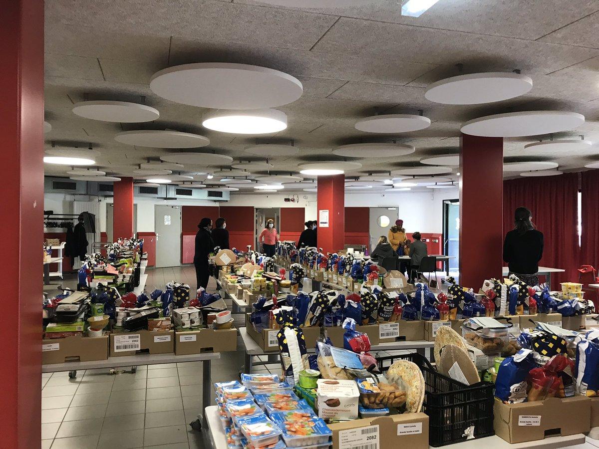 🗣️👥 Belle réunion de bilan de l'aide alimentaire et des activités de l'été déployées sur le quartier #Dervallières-#Zola. Avec plus d'une quinzaine d'acteurs associatifs et institutionnels représentés nous souhaitons conforter la dynamique de solidarité du quartier ! @nantesfr https://t.co/WyEUiaHSZZ