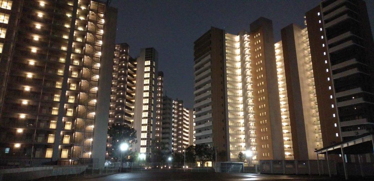 #Tokyo2020 RT @nittukyo: オリンピック選手村の高層マンション群、誰も住んでないのに煌々としていてすごい。 https://t.co/fXdY6Z4OzD