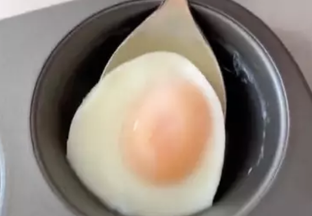 Woman shares genius way to cook perfectly poached eggs in the oven:  https://t.co/6VlTRKBfMG https://t.co/ihSdQGyS2Q