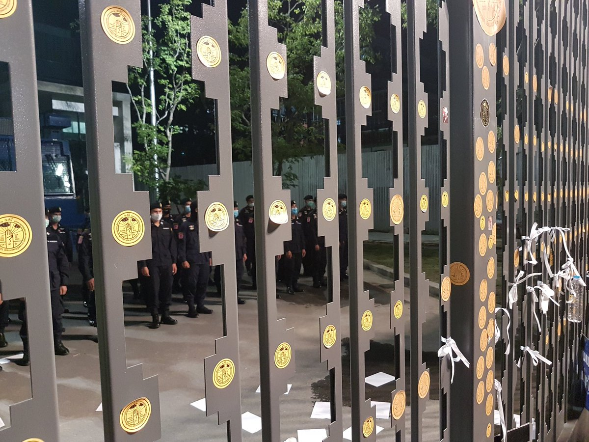 Security remains high at #Thailand #parliament even as #protesters disperse for the night. They vow to continue to call for reforms to #constitution, for #PM #Prayut to step down & to reform the #monarchy. Protests ongoing since July this year #ไปสภาไล่ขี้ข้าศักดินา https://t.co/USpHA0ZDDn