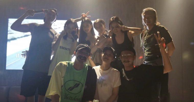 Yang Mi poses with the cast of Novoland Pearl Eclipse at her birthday party.  Top row : William Chan, idk 🤣, Yuan Yuxuan, Chen Xiaoyun, Mi ♥️ and assistant director. Bottom row : Xu Kaicheng, Jin Sha (director), Wang Sen.  #YangMi #杨幂 https://t.co/853QIOmoZ8