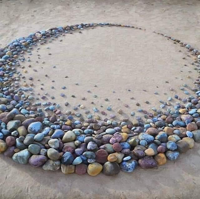 Another style of creativity, this time on the beach. So incredible and what fun next time you go to the beach. Truly amazing. Stay safe and keep well. Linda #glasgow #glasgowgalleries #stoneart #stonearts #beach #cute #artlovers #lovebeachdays #beachartists #beachart #lovebeach https://t.co/BUsd2hFbMB