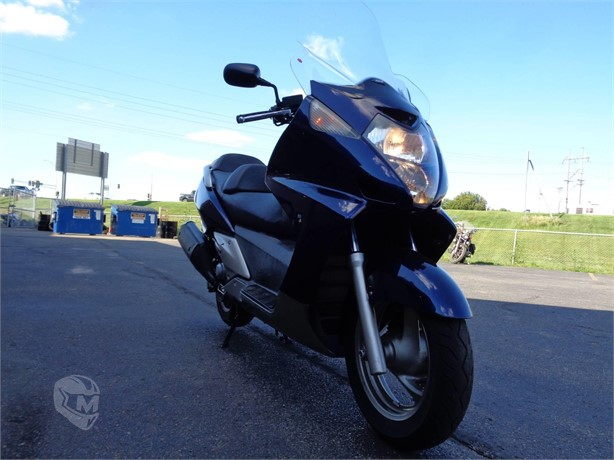 Starr Cycle is selling this 2006 Honda Silver Wing Scooter for $3,295. This listing will give you the thrills of a luxury touring in a super easy to ride package! Check this listing out below ⬇️ https://t.co/KoXDPMFWXr  👈  #moto #scooter #Honda #fun https://t.co/j0Bdcx1BbK