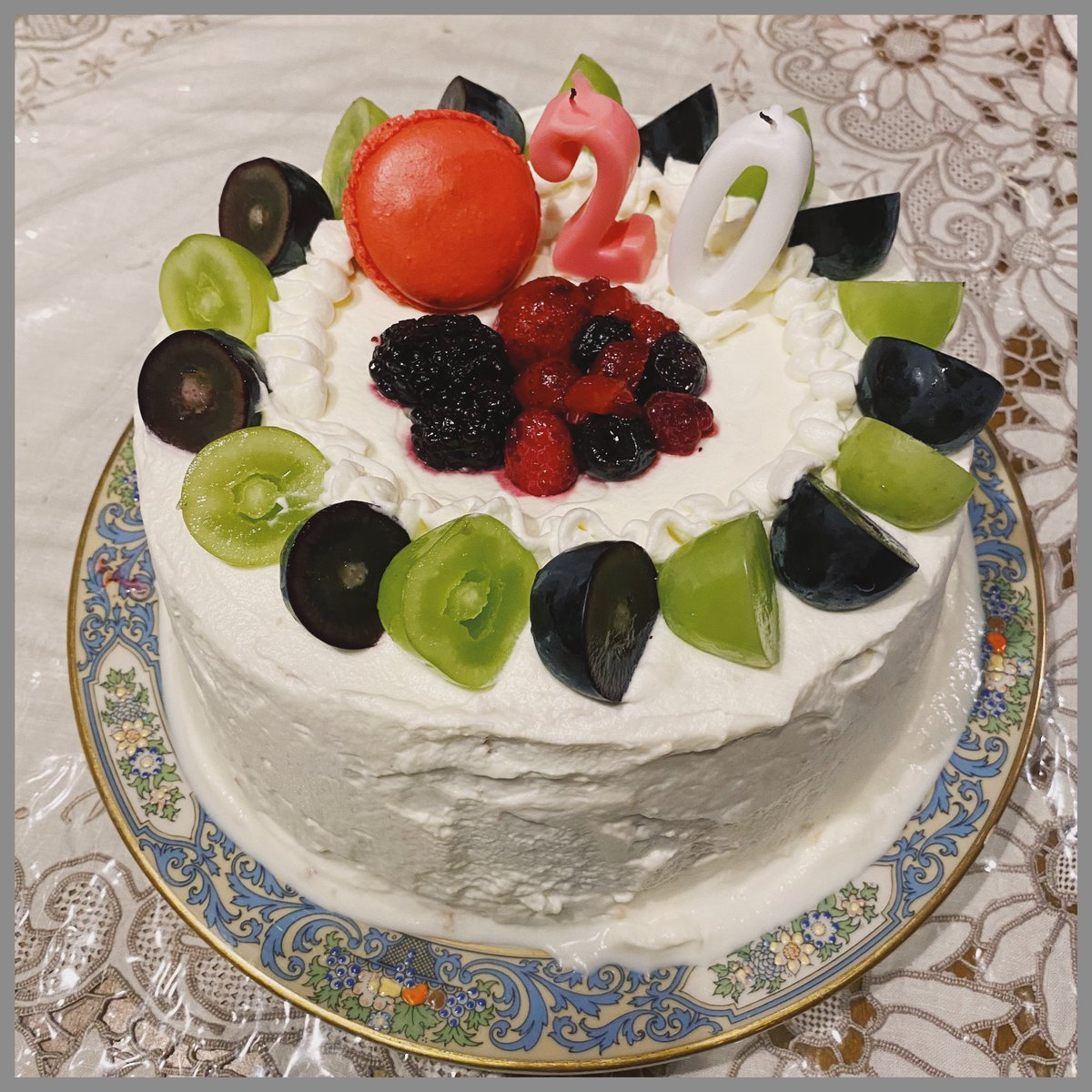 皆さんたくさんのお祝いありがとうございます!20歳になりました。💃🏻これからも大好きな音楽と精一杯向き合いながら皆さんの日常に寄り添える歌を届けていきたいです。あとあと素敵なウーマンになります!(宣言)母のお手製ケーキです。うましっ!