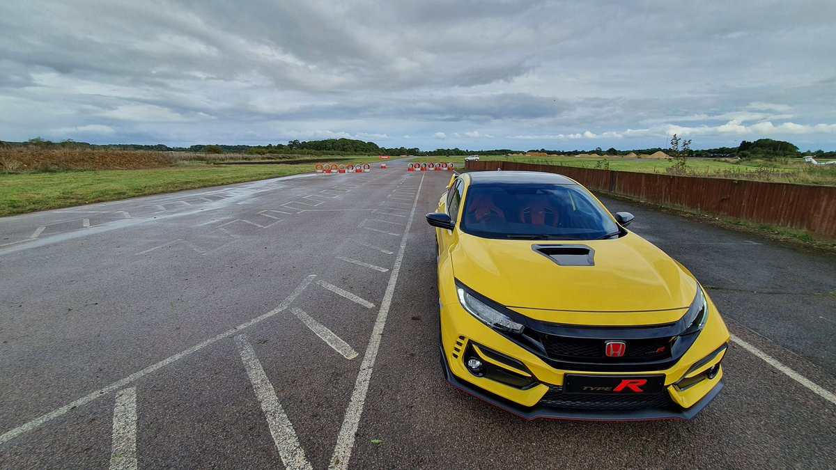 Turns out this is pretty special on track. Feels incredibly raw too 😍👌  Shame only 20 came to the UK 😪  #Honda #Civic #TypeR #LimitedEdition https://t.co/79jIiNofAW